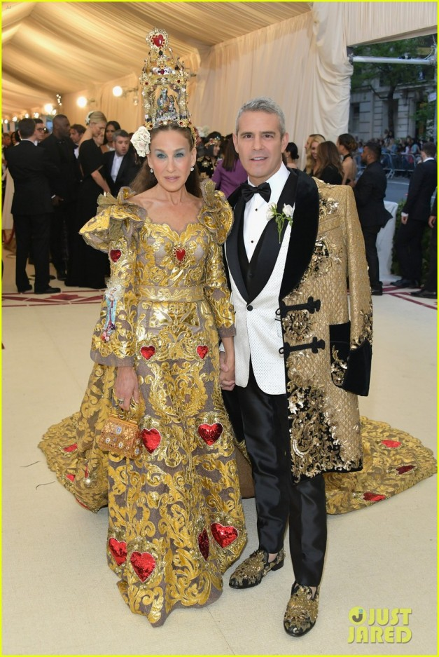sarah-jessica-parker-is-a-golden-goddes-at-met-gala-2018-05
